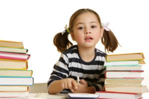 Bambina studia fare centro